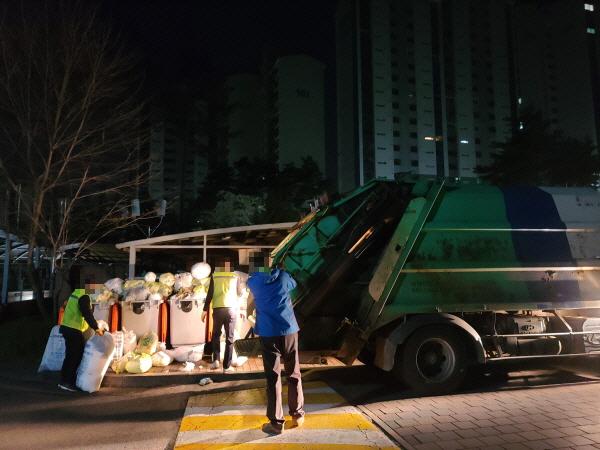 출근 시간 이후에는 교통체증으로 쓰레기 수거가 불가능해 새벽 작업을 할 수 밖에 없다.