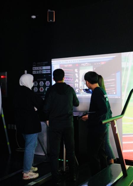 센서 카메라를 통해 보행을 분석하고 바른 걷기 자세에 대한 지도를 받을 수 있는 서비스를 체험 중인 방문객의 모습.