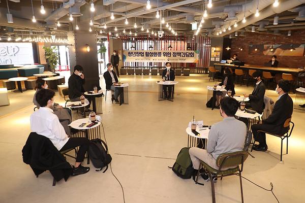 강성천 중기부 차관이 지난달 25일 서울 강남구 팁스타운에서 열린 청년 스타트업 간담회에서 참석한 청년창업자들과 대화를 나누고 있다.(사진=중소벤처기업부)