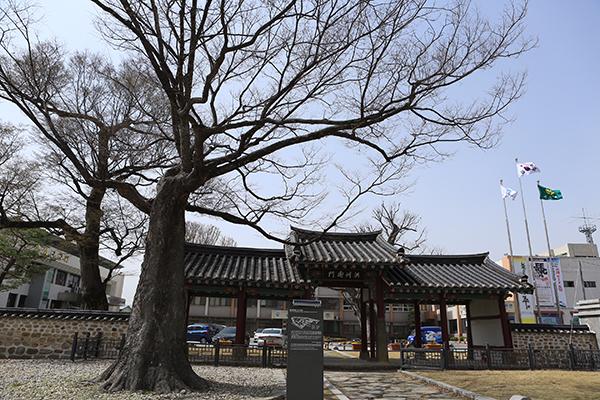 옛 홍주읍성의 바깥문 홍주아문이다. 홍성군청 자리가 홍주성지여서 군청 입구에 세워져 관청의 출입문 역할을 하고 있다.