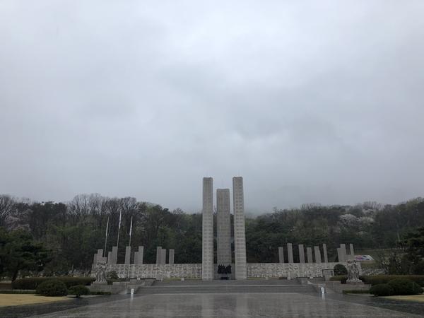비를 머금고 있던 국립4.19민주묘지.
