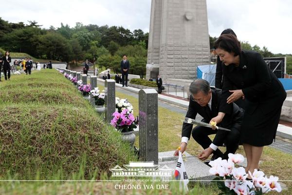 국립5.18민주묘지에 헌화하고 있는 문재인 대통령 내외.(출처=청와대 누리집)