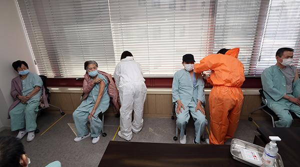 지난 3월 23일 오전 광주 북구 동행요양병원에서 환자들이 아스트라제네카(AZ) 백신 접종을 받고 있다.