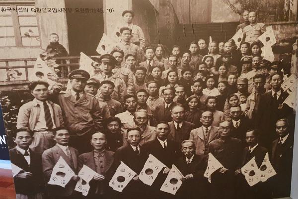 1945뇬 10월 환국직전의 대한민국임시정부 요인들의 모습이 밀양독립운동기념관에 전시돼 있다.