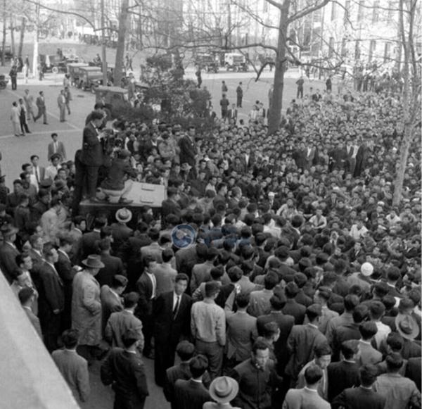 광장에 집합한 4.19혁명 군중들의 모습 (출처=행정안정부 국가기록원)