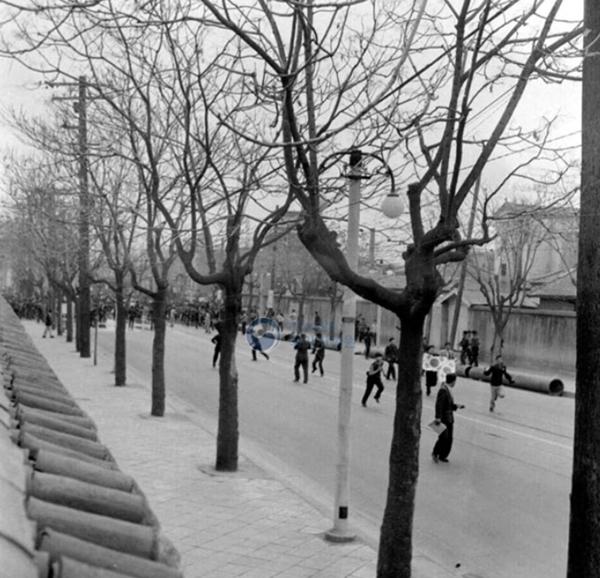 가두행진을 벌이고 있는 4.19 혁명 세력 (출처=행정안정부 국가기록원)