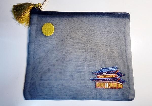선물로 받은 창덕궁을 수놓은 주머니. 한복 천을 사용해 더 예쁘다.