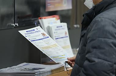 지난 2월 3일 오후 서울 영등포구 남부고용복지플러스센터에서 한 구직자가 국민취업지원제도 관련 안내문을 읽고 있다.