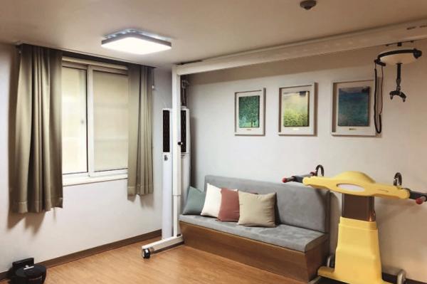 이동식 리프트 및 이승 로봇이 설치된 거실.