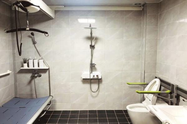 '전동 샤워 베드' 등 수혜자의 편의성에 맞게 설계한 화장실.(사진=보건복지부)