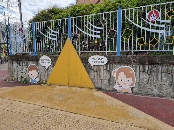 일반적인 교통시설을 제외하고도 다양한 교통안전 보조시설이 함께 마련되고 있었다. 초등학교 앞 횡단보도에 설치된 옐로카펫
