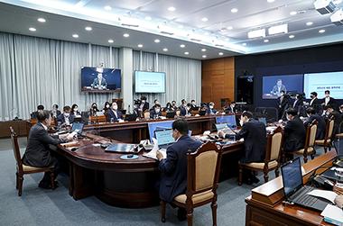 문재인 대통령이 12일 오후 청와대 여민관에서 '코로나19 대응 특별방역 점검회의'를 주재하고 있다.