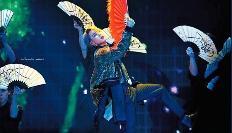 BTS 멤버 지민이 '2018 멜론 뮤직 어워드' 무대에서 리슬의 '사폭 슬랙스'를 입고 공연을 하고 있다.(사진= 트위터@mighty_jimin