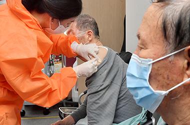 광주 북구 동행요양병원에서 65세 이상 환자들이 코로나19 백신을 접종 받고 있다.