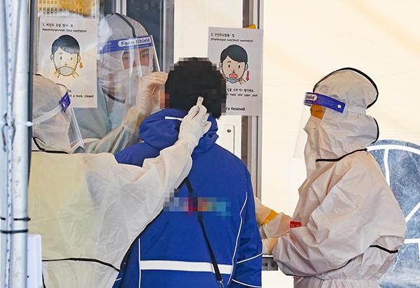 서울 송파구 서울동남권물류단지에 마련된 임시 선별진료소에서 물류센터 종사자들이 코로나19 선제 검사를 받고 있다.