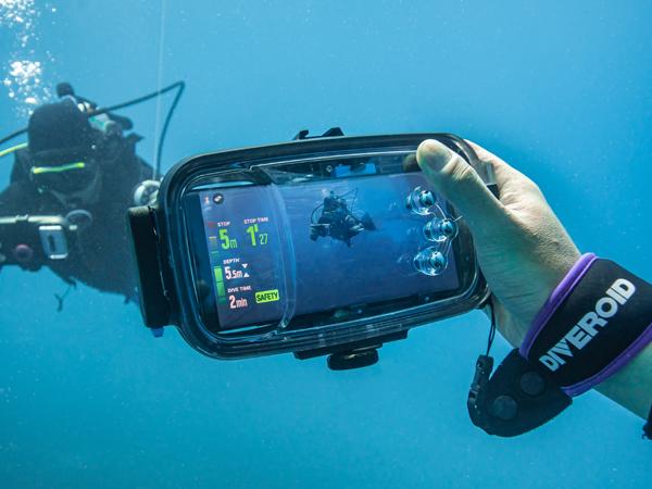 해양수산 창업투자 지원사업을 통해 개발된 아티슨앤오션의 신제품을 물 속에서 테스트하고 있다.(사진=아티슨앤오션 제공)