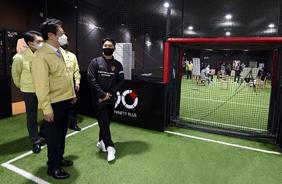 황희 문체부 장관이 지난 15일 서울 성동구 실내축구장 '풋볼웨이 아카데미'에서 열린 실내체육시설업계 대표들과 간담회에 앞서 방역점검을 하고 있다.