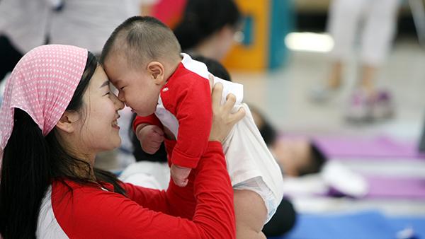 한 어머니가 아가와 코를 비비며 애정을 나누고 있다.