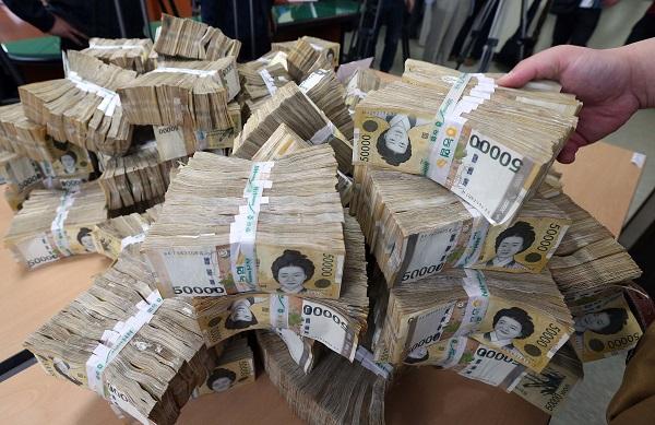 2020년 코로나 19 위기 등으로 재정수지 적자를 기록했지만 우리나라의 재정건전성은 여전히 주요국 대비 양호한 수준으로 나타났다. (사진=저작권자(c) 연합뉴스, 무단 전재-재배포 금지)
