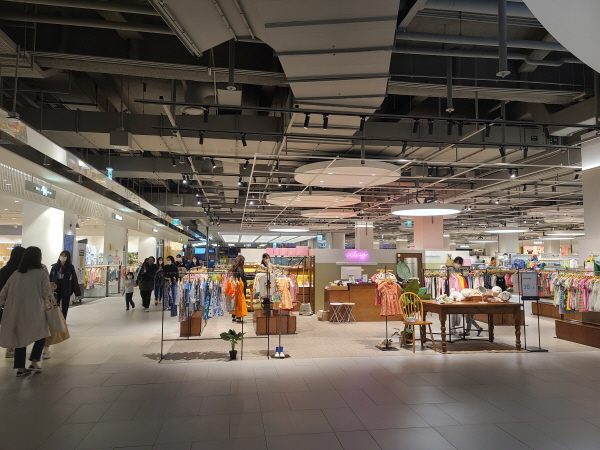 쇼핑몰 내에 이동시에는 타인과 거리를 2m 이상 두고 이동하는 게 좋다.