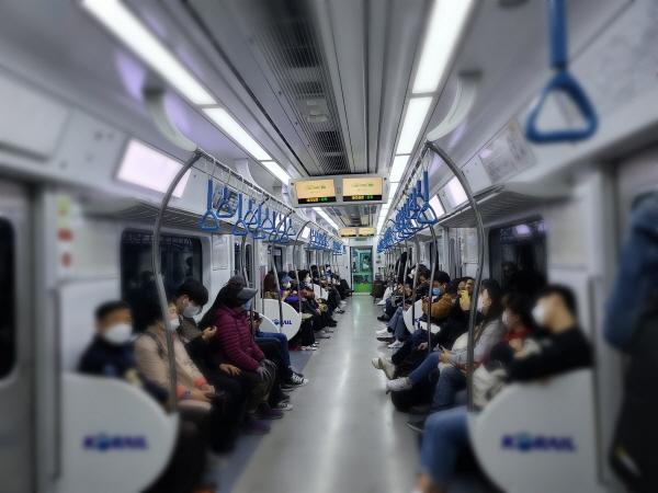 마스크 착용 의무화가 먼저 시행된 대중교통인 전철 승객들의 마스크 착용률은 100%다.