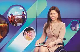 """휠체어 타는 앵커 """"최국화의 생활뉴스입니다"""""""