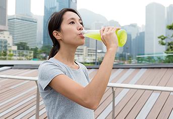운동 중 이온음료 마시는 여자