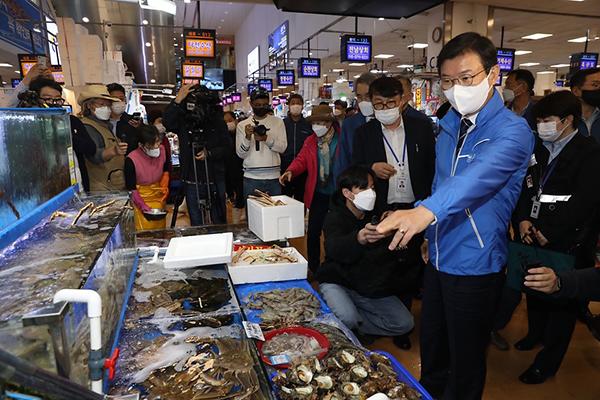 문성혁 해수부 장관이 지난 12일 서울 동작구 노량진수산물도매시장을 찾아 원산지 관리 실태 점검을 하고 있다.(사진=해양수산부)