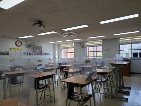 온라인 수업으로 학생이 등교하지 못한 교실이 텅비어 있다.