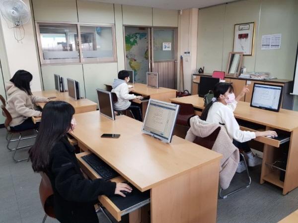 온라인 수업의 질 제고를 위해 강의 콘텐츠 제작을 지원하는 인력도 배치됐다.