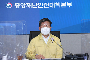 전해철 중앙재난안전대책본부 제2차장(행정안전부 장관)이 코로나19 대응 중앙재난안전대책본부 회의를 주재하고 있다.