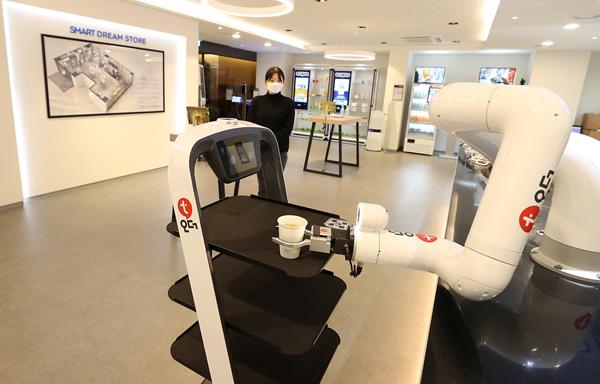 서울 마포구 드림스퀘어에 위치한 '스마트상점 모델샵'에서 다양한 스마트기술을 활용한 스마트 상점을 체험할 수 있다.