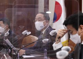 홍남기 국무총리 직무대행이 23일 정부서울청사에서 열린 코로나19 백신·치료제 상황점검회의를 주재하고 있다.