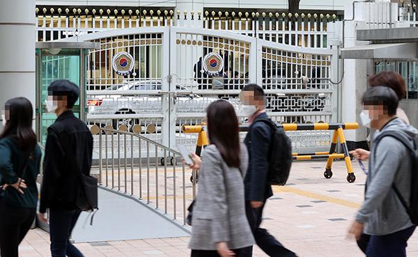 정부서울청사에서 퇴근하는 공무원들 모습.