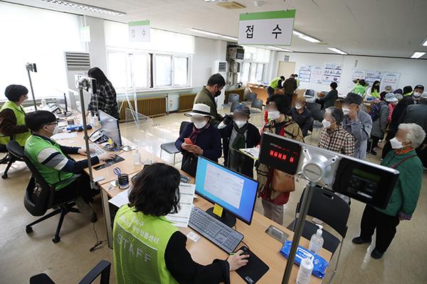 서울 강서구 코로나19 백신 예방접종센터에서 어르신들이 접종 접수를 하고 있다.