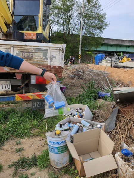 하천변에서 발견한 버려진 캔, 지금은 쓰레기지만 곧 쓸모를 찾게된다.