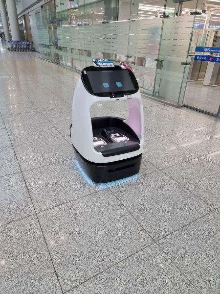 스마트 공항의 아이콘, 다양한 로봇들 중 노약자를 위해 짐을 게이트까지 운반해주던 로봇을 만났다.