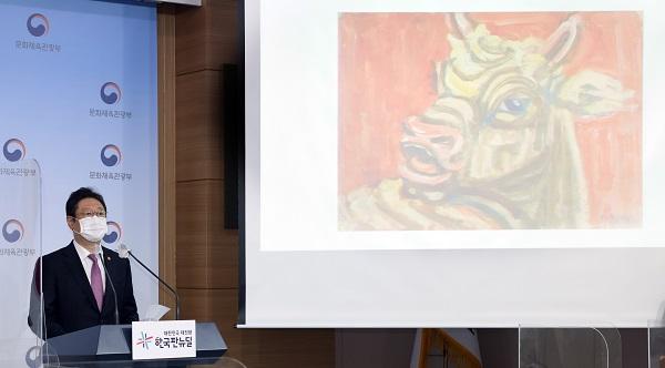 황희 문체부 장관이 28일 서울 종로구 정부서울청사 별관 브리핑룸에서 고(故) 이건희 회장 소장품 1만 1023건 약 2만 3000점의 문화재와 미술품 기증에 대한 발표를 하고 있다.