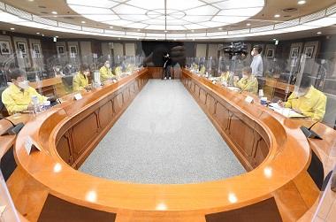 성윤모 산업통상자원부 장관이 29일 서울 여의도 한국수출입은행에서 열린 '제34차 비상경제 중앙대책본부회의 겸 2021년 제2차 혁신성장전략회의'에서 서비스 표준화 추진전략을 발표하고 있다.