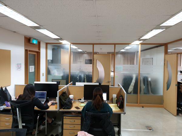 성북 지원센터 내 여러 명의 직원이 근무하는 공간이다.