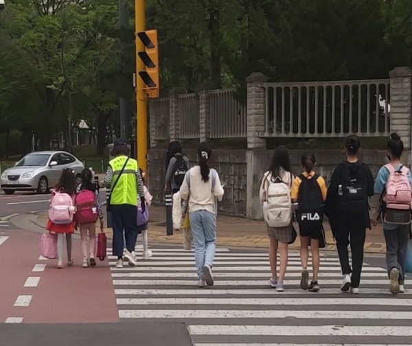 경기도 김포의 한 초등학교 앞에서 안전지도 중인 아동안전지킴이