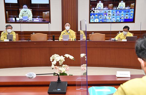 홍남기 국무총리 직무대행(경제부총리 겸 기획재정부 장관)이 30일 정부서울청사에서 열린 코로나19 중대본 회의에서 발언하고 있다.