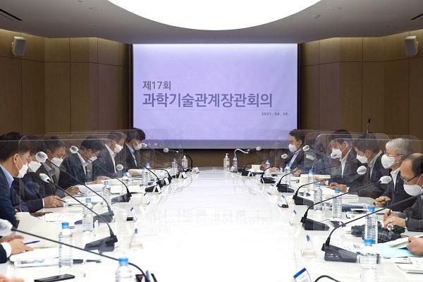 최기영 과기정통부 장관이 30일 오전 서울 중구 대한상공회의소 컨퍼런스룸에서 열린 '제17회 과학기술관계장관회의' 를 주재 하고 있다.
