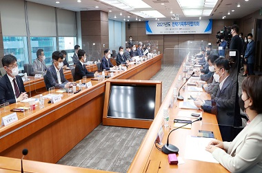 박진규 산업통상자원부 차관이 4일 서울 강남구 한국기술센터 대회의실에서 열린 '2021년도 전략기획투자협의회'에서 협의회 신규 민간위원 및 관계자들과2022년 산업기술 R&D 투자방향, 제7차 산업기술 혁신계획 2021년 시행계획 등의 안건을 심의하고 있다. (사진=산업통상자원부)