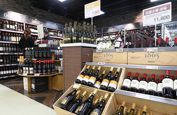 지난해 와인 수입이 사상 최대를 기록한 것으로 나타났다. 지난 3월 4일 관세청과 주류업계에 따르면 지난해 와인 수입량은 5만 4천127t, 수입액은 3억 3천만달러로 전년보다 각각 24.4%, 27.3% 증가했다. 사진은 서울 시내 대형마트에 와인 매장 모습.