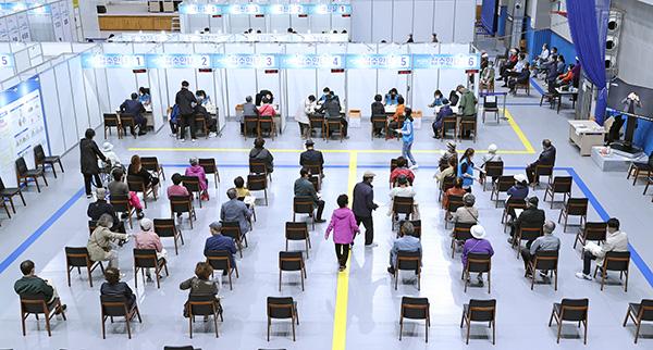 지난 3일 오전 서울 시내의 한 백신접종센터를 찾은 시민들이 접종 순서를 기다리고 있다. (사진=저작권자(c) 연합뉴스, 무단 전재-재배포 금지)