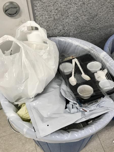 쓰레기통 속 일회용품 쓰레기
