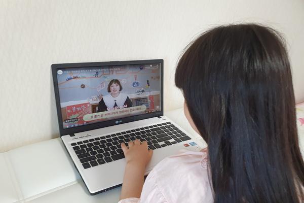 지난 주말 아이와 함께 국립어린이청소년도서관 유튜브 채널로 체험프로그램을 진행해봤다.