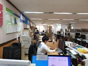성북구 1인창조기업지원센터 내부 1인기업을 위한 사무공간이 일렬로 있다.(사진=성북구청)