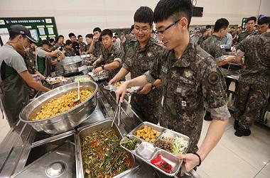 국방부에서 장병들이 점심 식사를 하고 있다. (사진=저작권자(c) 연합뉴스, 무단 전재-재배포 금지)